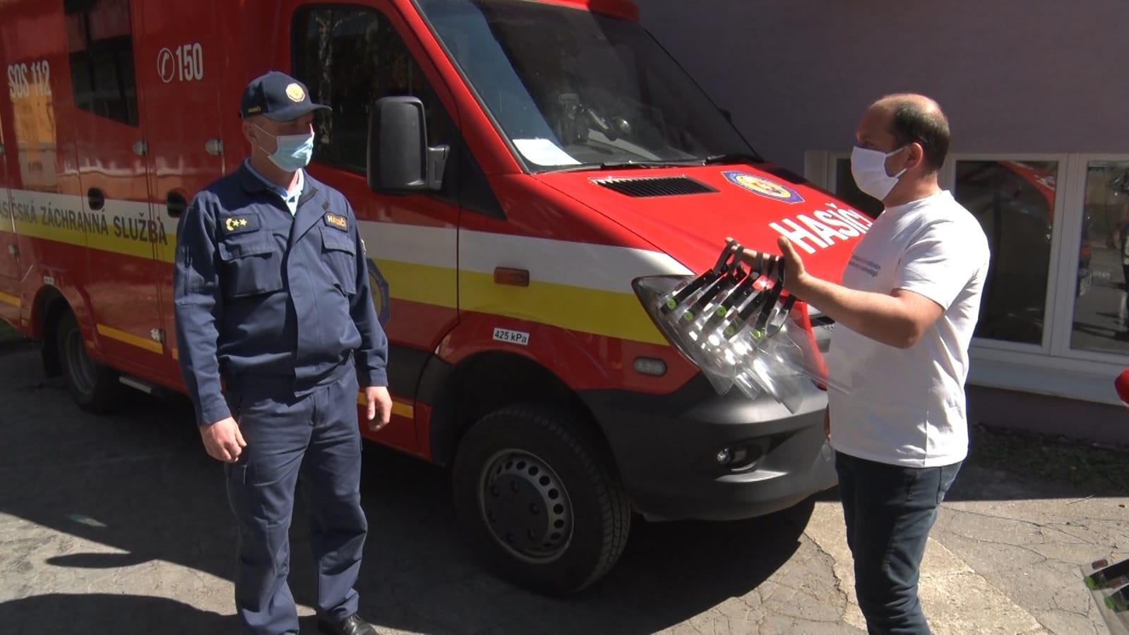 FVT vyrába ochranné štíty a masky - FVT darovala prešovským hasičom celotvárové ochranné štíty